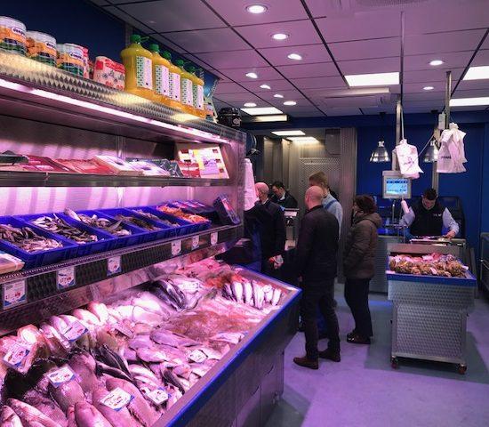 De beste verse vis koop je bij Vishandel Tel aan de Kloveniersburgwal in Amsterdam.